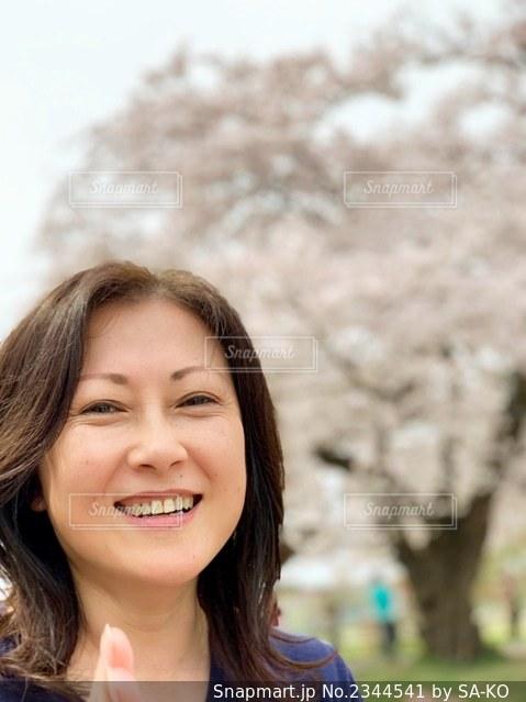 カメラに向かって微笑んでいる女性の写真・画像素材[2344541]