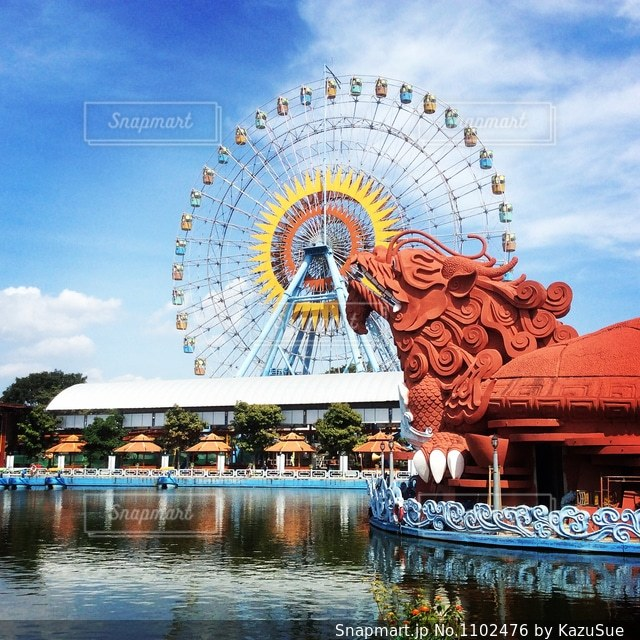 ベトナム遊園地の青空と観覧車の写真・画像素材[1102476]