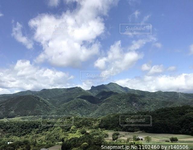 夏の大空と緑の山の写真・画像素材[1102460]