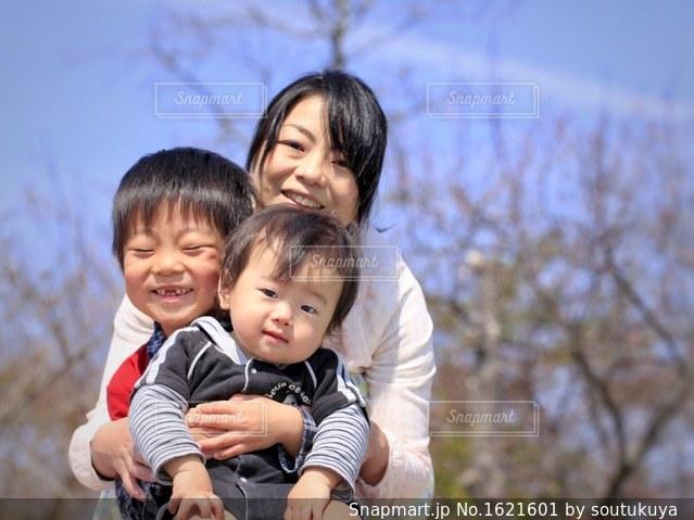 小さな子供がカメラで笑っての写真・画像素材[1621601]