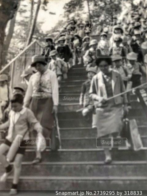 群衆の前を歩く人々のグループの写真・画像素材[2739295]