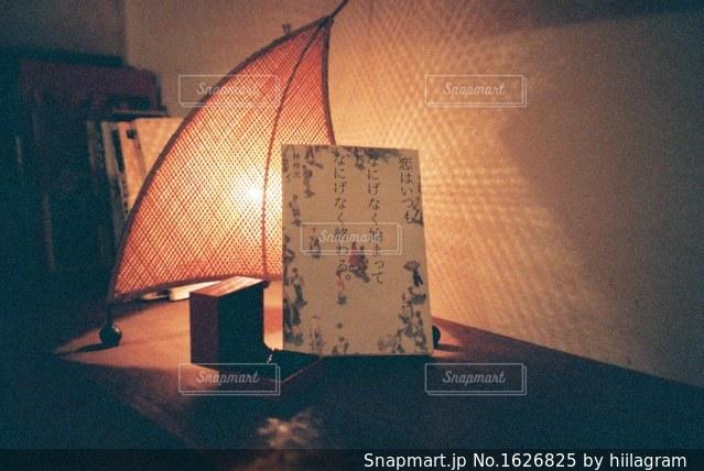 テーブルの上のランプの写真・画像素材[1626825]