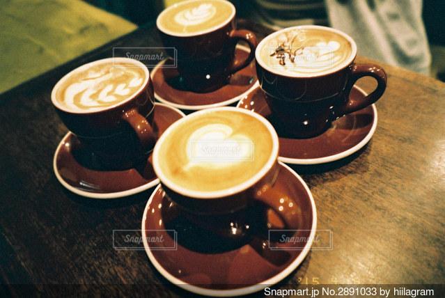 テーブルの上のコーヒー1杯の写真・画像素材[2891033]