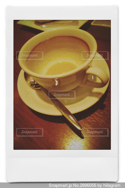 テーブルの上でコーヒーを一杯の写真・画像素材[2896056]