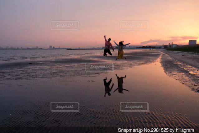 砂浜の上に乗っている男の写真・画像素材[2981525]