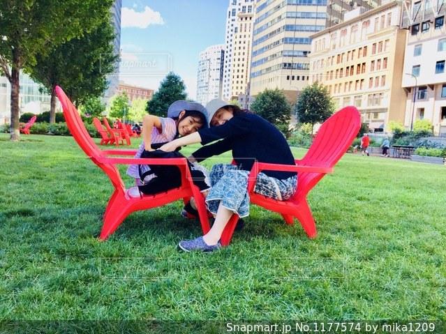 手の引っ張り合いをして遊ぶ親子の写真・画像素材[1177574]