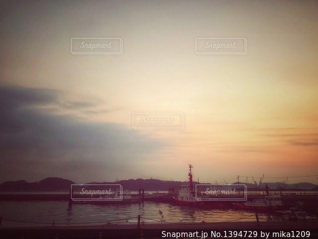 夕暮れ時の故郷の港の写真・画像素材[1394729]