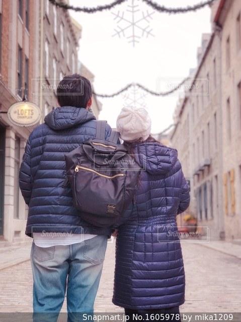 世界遺産の町を歩く夫婦の写真・画像素材[1605978]