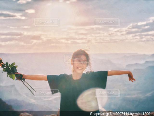 大自然とバラと夕日と女の子の写真・画像素材[2907444]