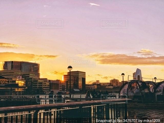 テムズ川と沈みゆく夕日の写真・画像素材[3475707]