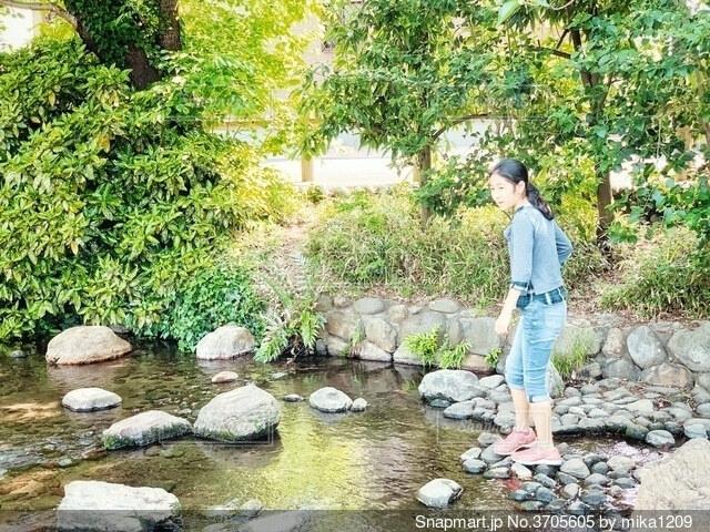 川辺で立っている女の子の写真・画像素材[3705605]