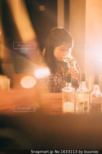 グラスを傾けるの写真・画像素材[1633113]