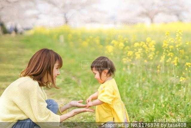 春の親子の写真・画像素材[1176874]