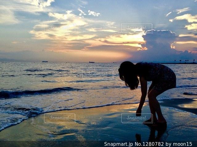 夕日を見ながらの写真・画像素材[1280782]