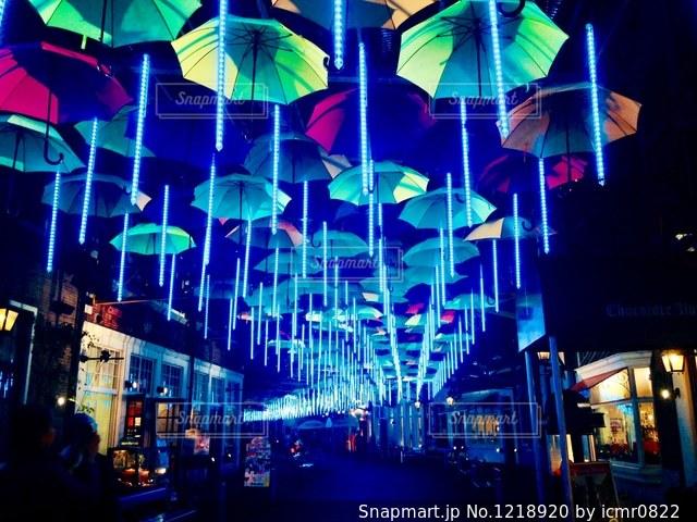 傘と雨の中で混雑した街の写真・画像素材[1218920]