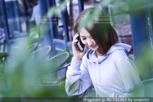 携帯電話で通話中の女性の写真・画像素材[741063]