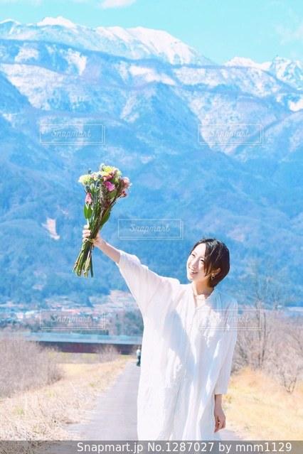 山の前に立っている人の写真・画像素材[1287027]