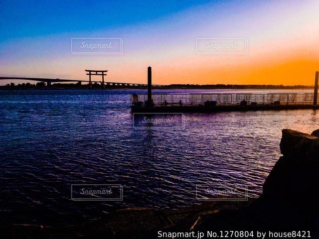 湖に浮かぶ夕日と鳥居の写真・画像素材[1270804]