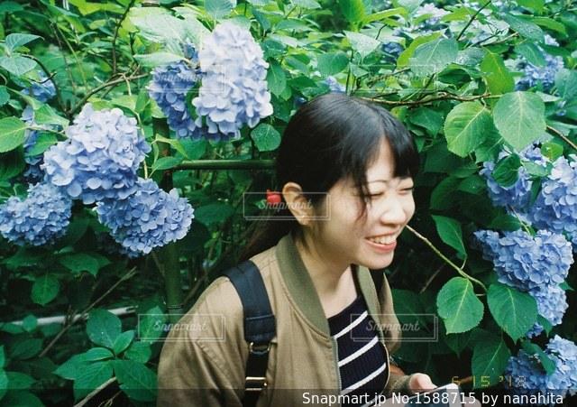 庭の植物を持っている人の写真・画像素材[1588715]