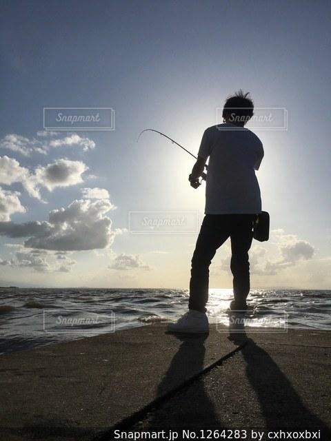 ビーチに立っている人の写真・画像素材[1264283]