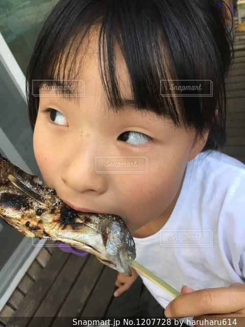 ピザのスライスを食べる少年の写真・画像素材[1207728]