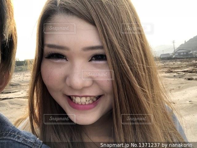 カメラの笑みを浮かべて女性の写真・画像素材[1371237]