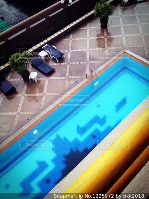 雨の日のプールの写真・画像素材[1225972]