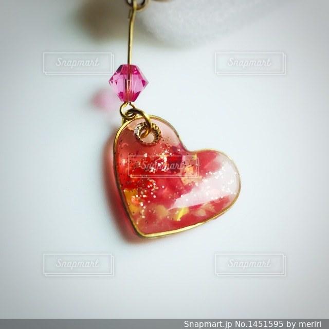 濃ゆいピンクのハート型ピアス 素材画像の写真・画像素材[1451595]