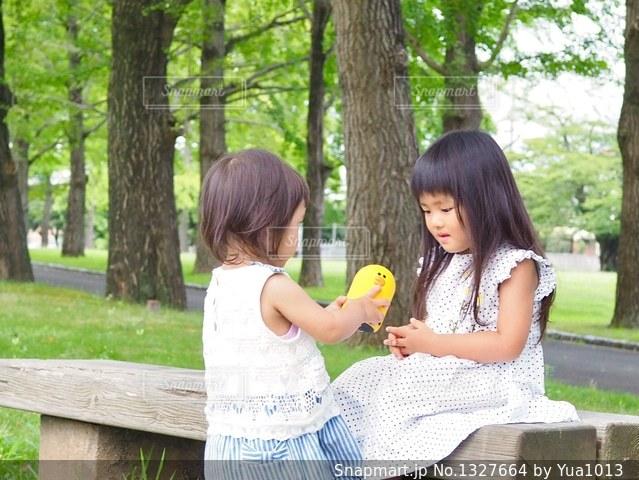 Clovaと公園のベンチでの写真・画像素材[1327664]