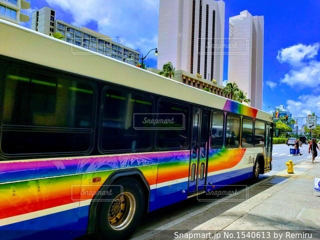 青空とレインボーカラーのバスのキレイなカラフルの写真・画像素材[1540613]