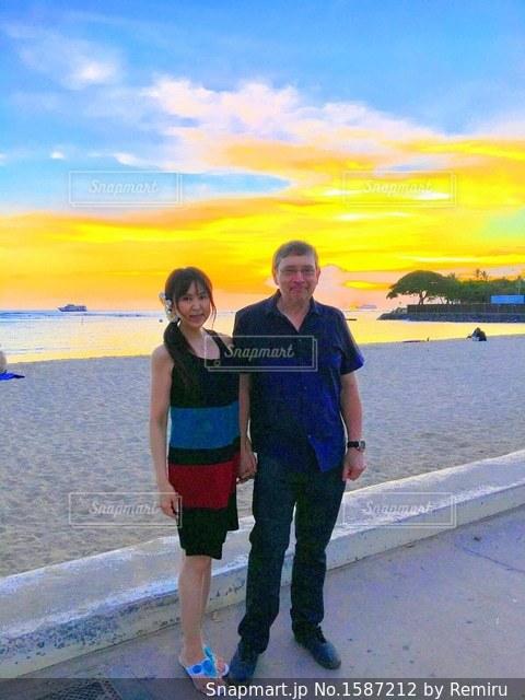 結婚記念日に夕暮れのビーチパークを散歩。。の写真・画像素材[1587212]