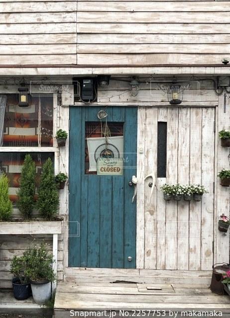 お店の白壁に映える青緑の扉の写真・画像素材[2257753]