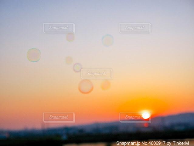 夕焼け空とシャボン玉の写真・画像素材[4606917]