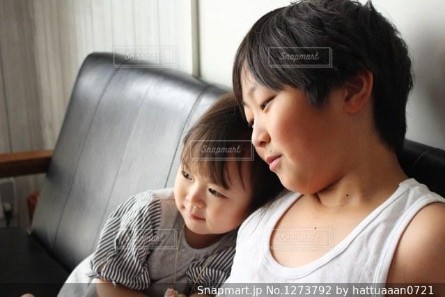 テーブルの上に座って若い男の子の写真・画像素材[1273792]