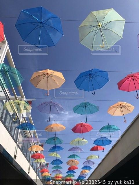 雨の中にぶら下がっている傘の写真・画像素材[2382545]