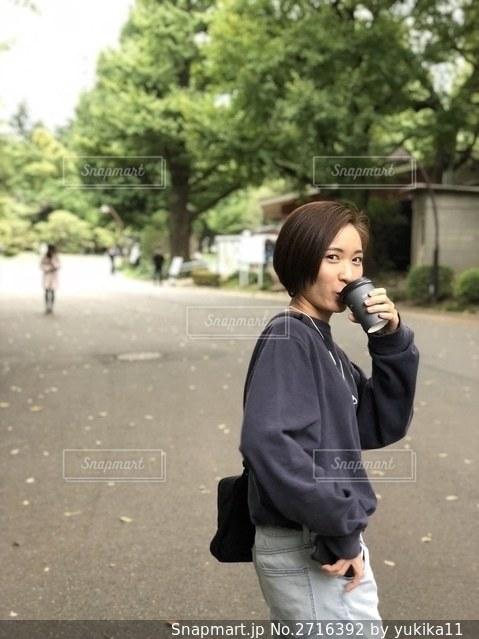 携帯電話で話している人の写真・画像素材[2716392]
