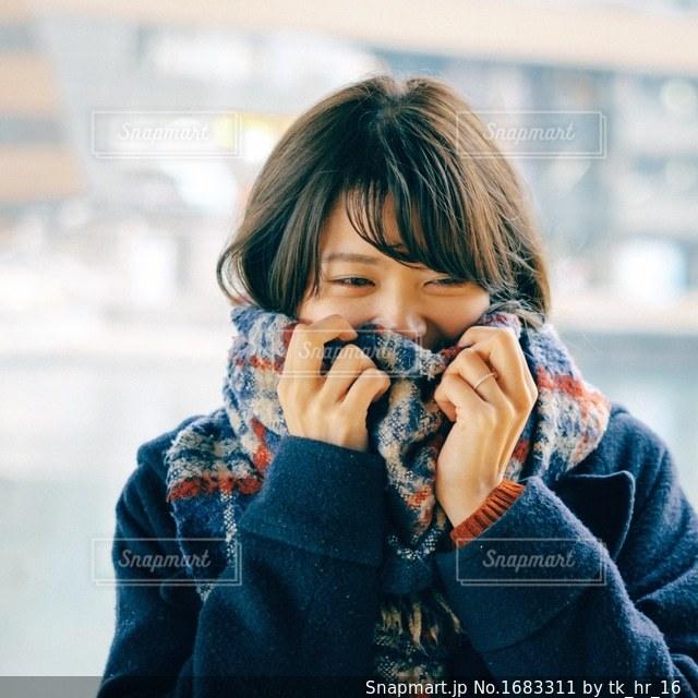 マフラーを巻いている女の子の写真・画像素材[1683311]