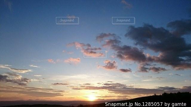 空には雲のグループの写真・画像素材[1285057]
