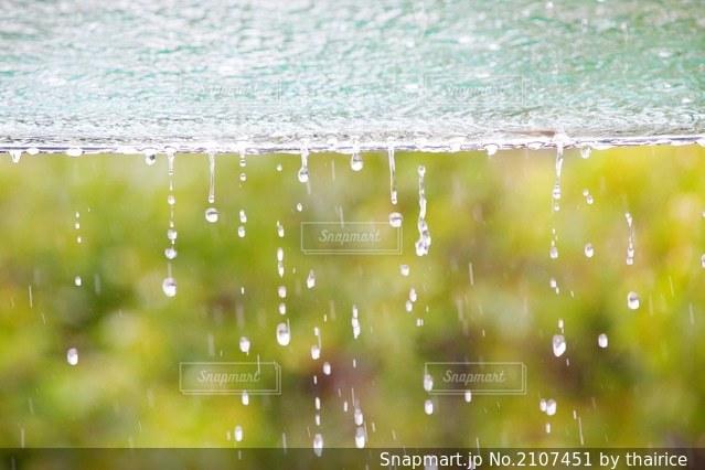 屋根から落ちる水滴の写真・画像素材[2107451]