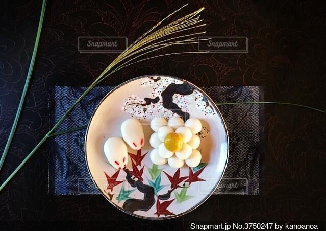 月の秋、うさぎとお月見団子と紅葉、そしてススキの写真・画像素材[3750247]
