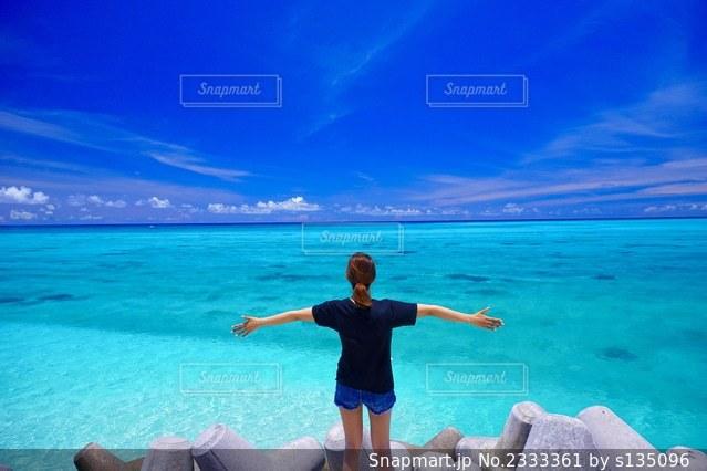 水域の前に立っている人の写真・画像素材[2333361]