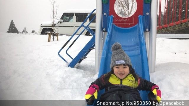 雪の中で立っている少年の写真・画像素材[950350]