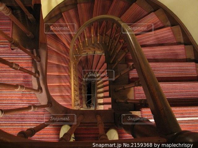 螺旋階段の上からの写真・画像素材[2159368]