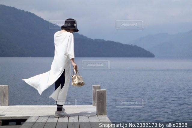 水域の隣に立っている男の写真・画像素材[2382173]