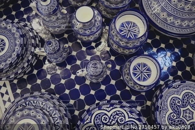 可愛いテーブルと陶器たちの写真・画像素材[2750457]
