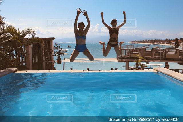 プールにジャンプの写真・画像素材[2992511]