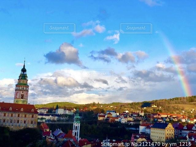 都市にそびえる大きな時計台の写真・画像素材[2121470]