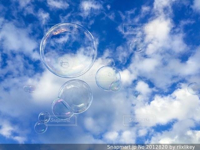 青空とシャボン玉の写真・画像素材[2012820]