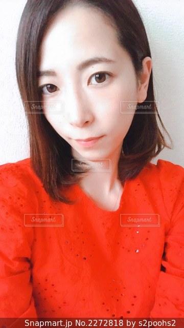 赤いシャツを着た女性の写真・画像素材[2272818]