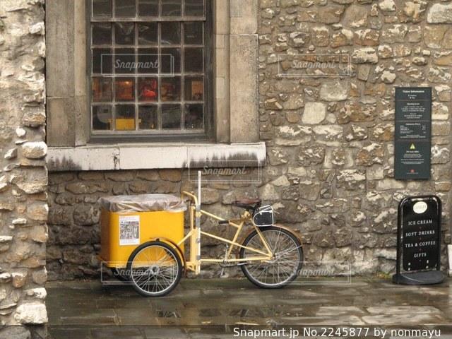 ロンドンカフェのおしゃれな外壁と自転車風景の写真・画像素材[2245877]